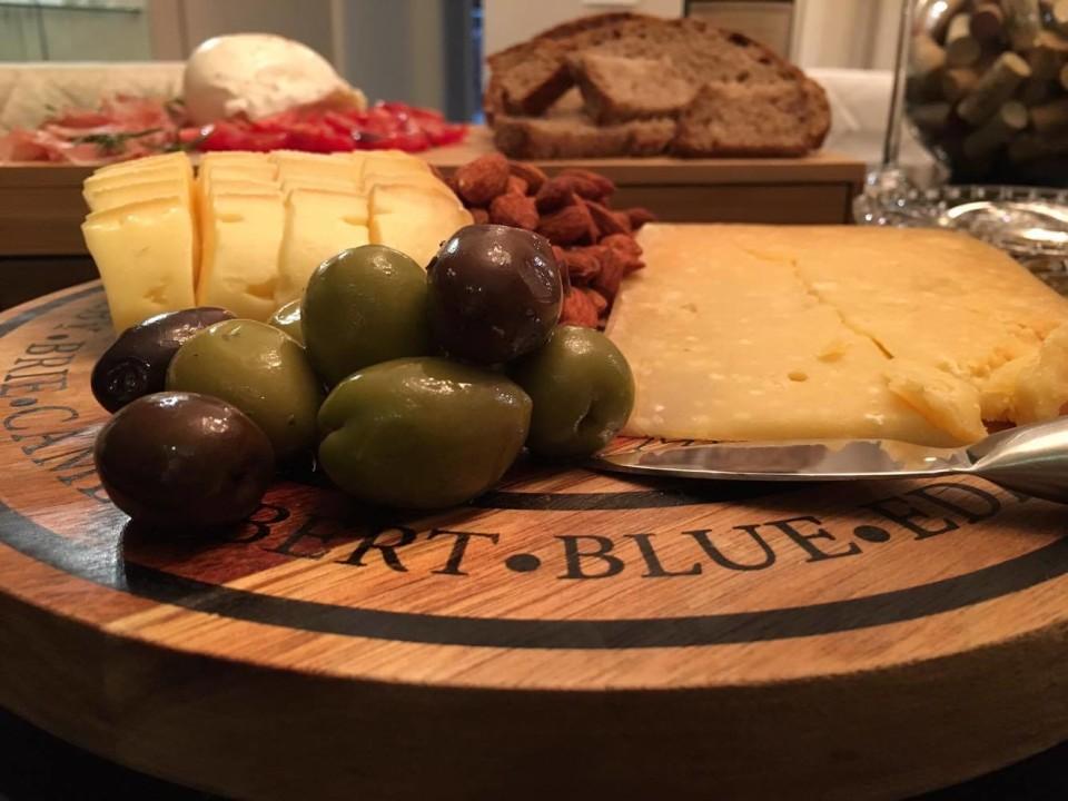 Tábua de frios com queijos, azeitonas e amêndoas defumadas