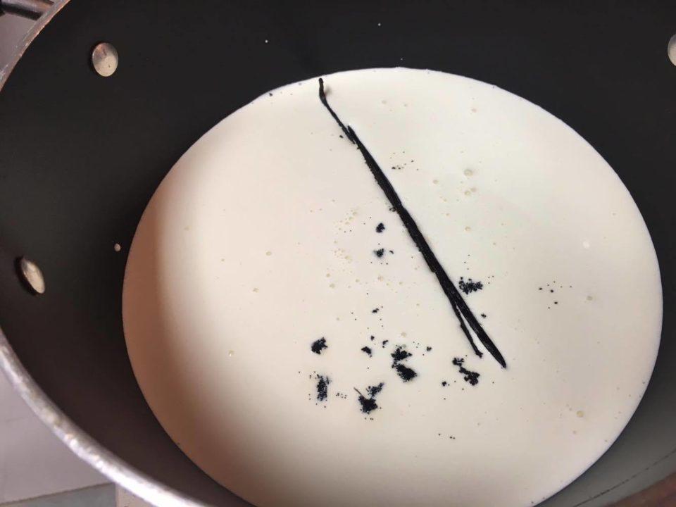 Crème Brûlèe - Leite, creme de leite e fava na panela