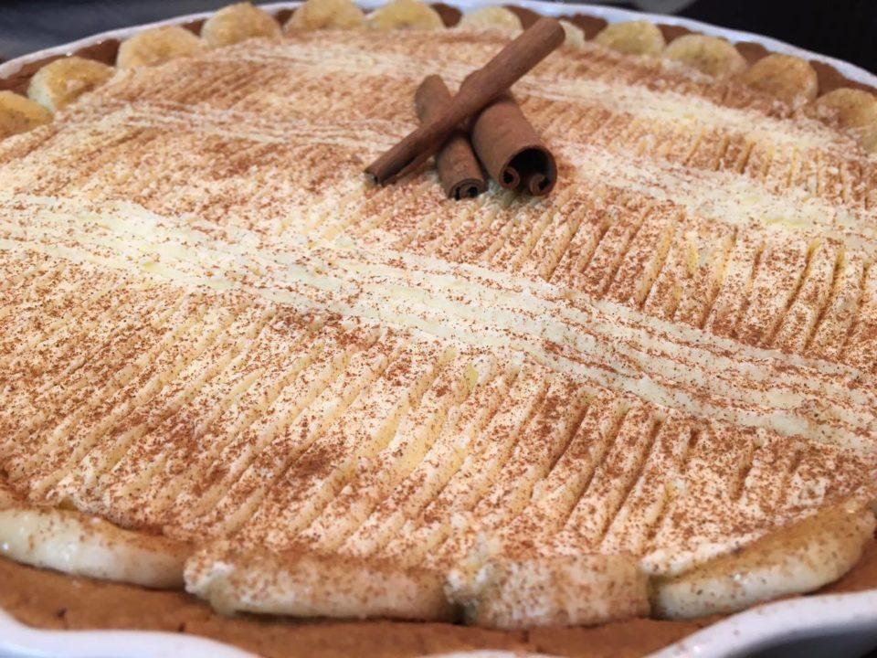 Com o chantilly pronto em cima da torta, salpique canela.
