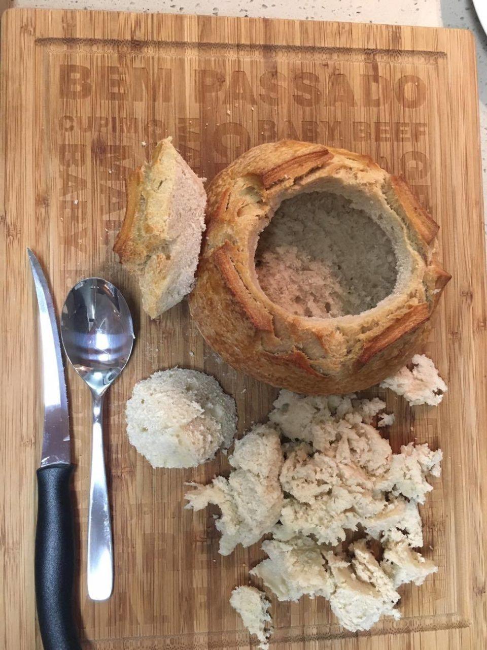 Pão recheado: Corte a parte pontuda da tampa e retire o miolo com uma colher.