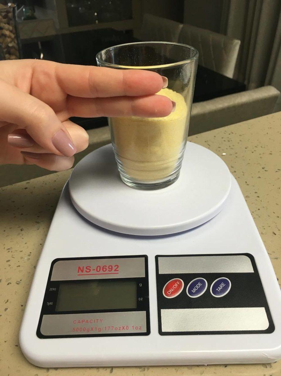 Polenta Mole: 100 g = 1 copo menos 2 dedos.